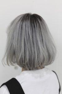 目立つ事間違いなしのヘアカラー ホワイトシルバーヘア